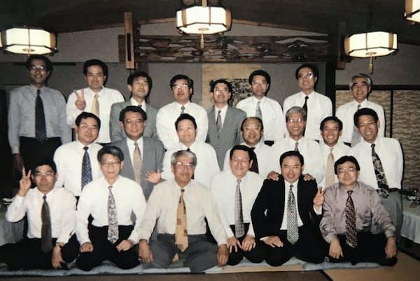 愛知製油所での勤務など様々な分野で経験を積んだ(前列右端が本人)