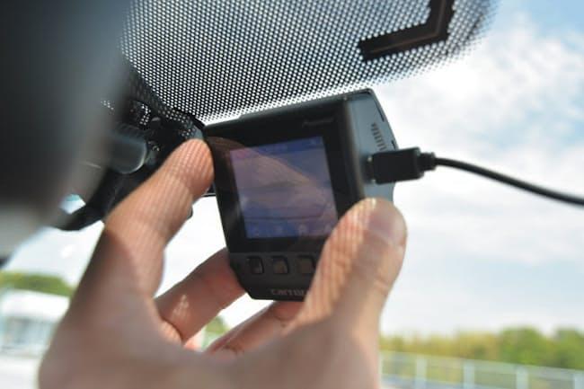 ドライブレコーダーの取り付けは、ガラスに固定して電源ケーブルを配線するだけだ。車種やドライブレコーダーの種類、配線方法にもよるが、30分~1時間もあれば設置できる。店舗の取り付けサービスを使う手もある