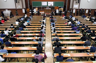 学歴は固定化しつつある(東京文京区の東京大学で行われた大学入試センター試験)