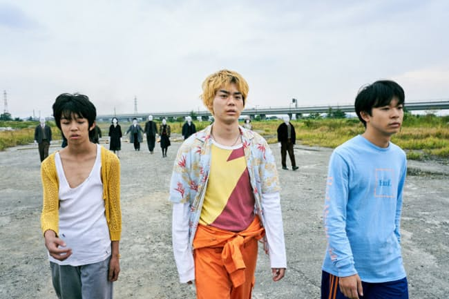 「タロウのバカ」の一場面。左からYOSHI、菅田将暉、仲野太賀