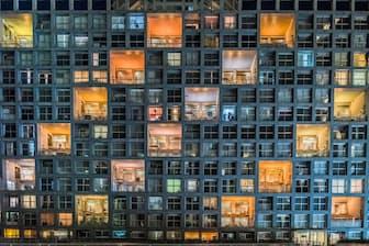 東京:カラフルな照明が暗い窓と対照をなす、東京湾岸エリアにあるマンション(PHOTOGRAPH BY MASSIMO RUMI, NATIONAL GEOGRAPHIC YOUR SHOT)