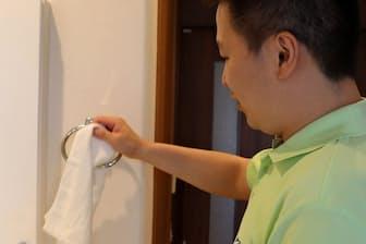 タオルの交換などをこまめに実施して感染症を予防する(東京都昭島市のニチイホーム昭島昭和の森)