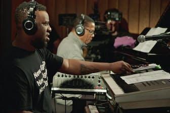 映画「ブルーノート・レコード」の一場面。ハービー・ハンコック(右)とロバート・グラスパーがブルーノートのスタジオで世代を超えて共演した(C)MIRA FILM