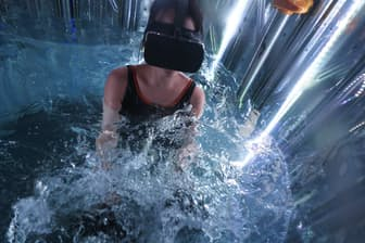 プールとVRを組み合わせた施設「TOKYO POOL LABO」を家電女優の奈津子さんが訪ねた