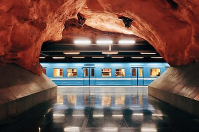 むき出しの岩盤がそのままのロードヒューセット(裁判所)駅は、ストックホルム地下鉄のブルーラインにある最も壮観な駅のひとつだ(PHOTOGRAPH BY ALEXANDER SPATARI, GETTY IMAGES)
