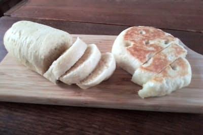 ポリ袋を使い生地を作り、オーブンを使わずに焼いたパン
