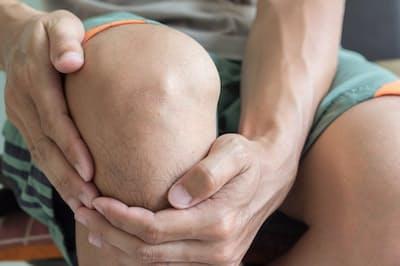 膝や股関節の痛みやこわばりは、進行すると、立つ、座るなどの日常動作に支障をきたす。写真はイメージ=(c)suphaksorn thongwongboot-123RF