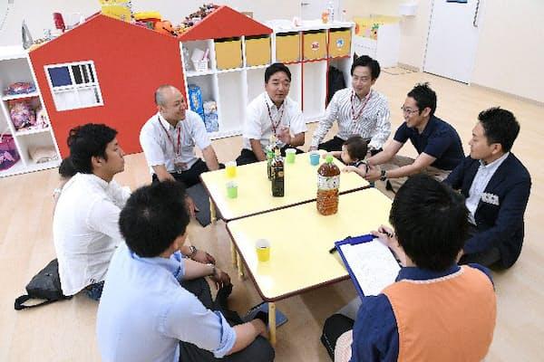 損保ジャパンのパパカフェで情報交換する父親たち(東京都新宿区)