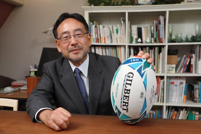 中学の授業でラグビーに出合ったという藻谷さん。「行けるところまで突っ込んでいって、転がってこい、と。すごいスポーツだと思いましたよ」(2019年8月、東京都港区)