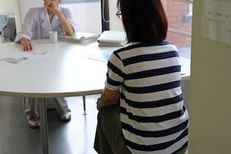 NPO法人「のびの会」による家族会は重症度別に開かれている(8月2日、横浜市)