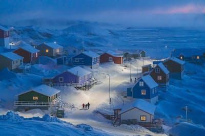 グリーンランド西部の小さな島にある漁村、ウペルナビク。昔からグリーンランドでは、役割の違いを示すために、建物がさまざまな色で塗り分けられてきた。店頭のある建物は赤で、漁師の家は青といった具合だ。一面が雪景色のときに良く目立つ効果がある。この写真は、2019年ナショナル ジオグラフィックトラベルフォトコンテストの大賞に選出された(PHOTOGRAPH BY WEIMIN CHU, 2019 NATIONAL GEOGRAPHIC TRAVEL PHOTO CONTEST)