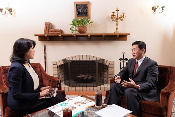 黒須康宏社長(右)と白河桃子さん(左)(撮影:吉村永)