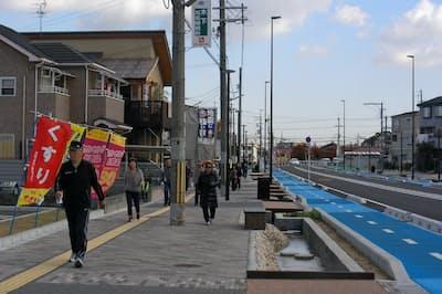 市道の拡幅で車、自転車、歩行者の専用道を整備し、人工の小川も造成。歩いて移動する市民が増えた(大阪府高石市)