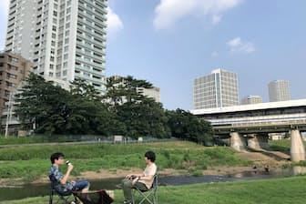 奥にはビルや道路があり、都心ならではのアウトドア気分を味わえるチェアリング(東京都内)