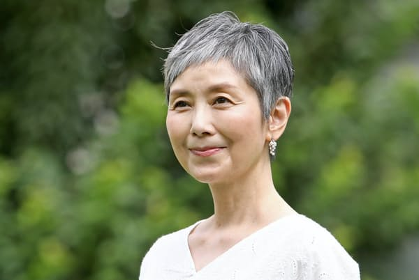 1961年東京都生まれ。82年にNHKの連続テレビ小説「ハイカラさん」でヒロインに。TBSの「ふぞろいの林檎たち」など数々のヒット作に出演。映画「リスタート:ランウェイ~エピソード・ゼロ」が2019年9月からネット配信で公開予定