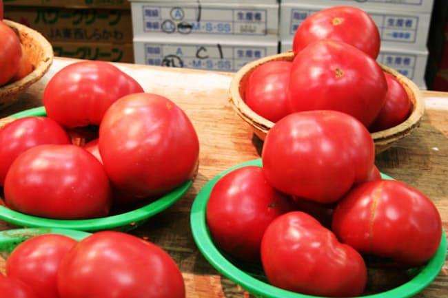 総務省の家計調査では、野菜消費量が全体的に伸び悩む中、トマトの消費支出は年々増加している