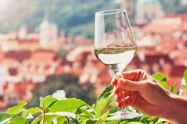 白ワインやスパークリングワインは、健康効果の面では赤ワインに比べて影が薄いが、実際のところどうなのだろうか。写真はイメージ=(c)JaromA-r Chalabala-123RF