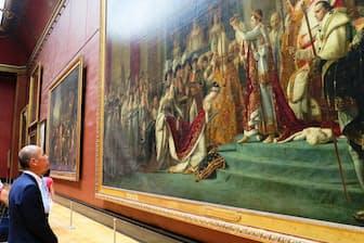 ルーヴル美術館でダヴィッドが描いた「ナポレオン一世の戴冠式と皇妃ジョゼフィーヌの戴冠」を鑑賞する佐藤