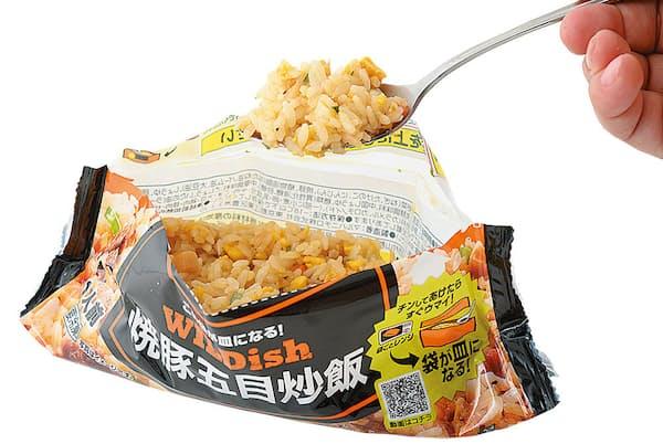 マルハニチロの「WILDishシリーズ」男性が腹を満たせるボリューム感を念頭に、冷食米飯としては多めの250~270gに設計。男性が「ワイルドにかき込む」スタイルをイメージして命名した。パッケージの袋がそのまま器になるため、皿要らずで食べられる
