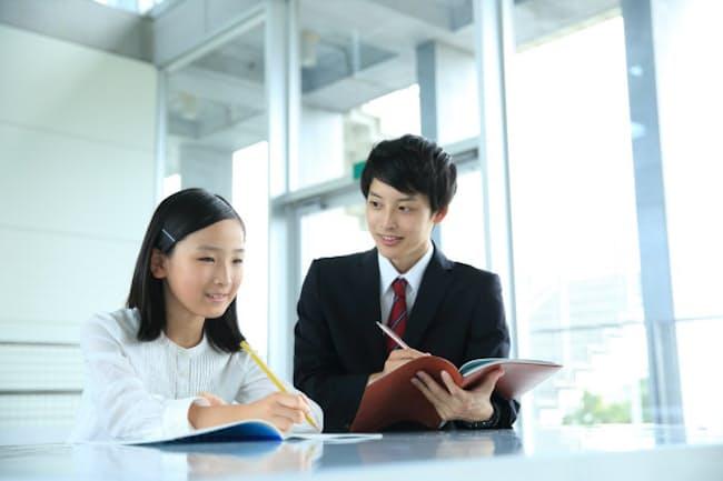 自ら教え方を工夫する講師は子どもと一緒に成長する。画像はイメージ=PIXTA