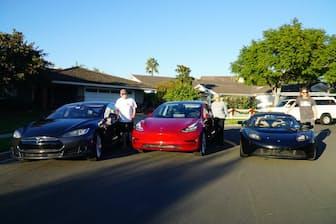 (左から)父はモデルS、母はモデル3、息子はテスラ・ロードスターに乗るダウ一家