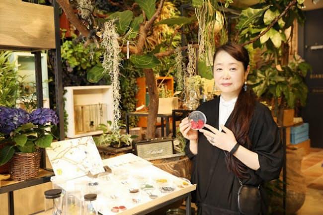 ボタニカルアクセサリーブランド「Kunie Katori」のデザイナーの香取邦枝さんは店舗事業部長でもある