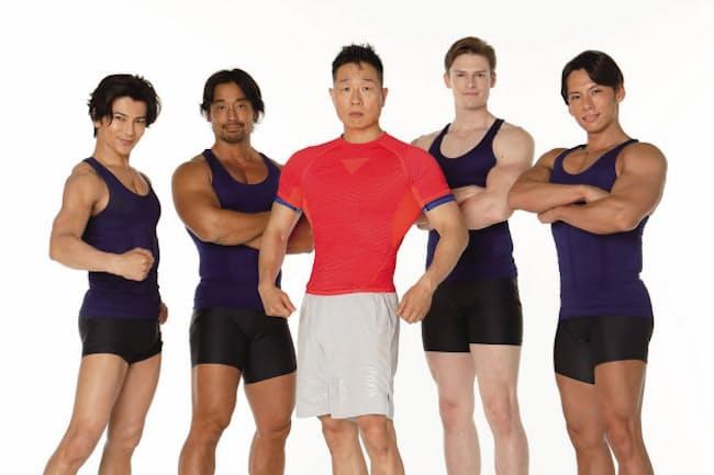 筋肉体操の指導者・谷本道哉さん(中央)が、「キツくてもツラくない!」などの印象的な言葉に込めた思いとは?(写真:徳永徹)