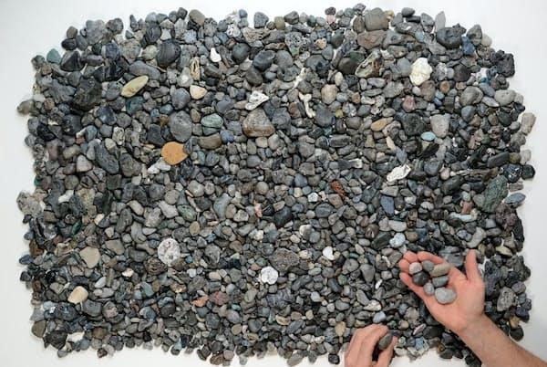 英国コーンウォールの浜辺で収集されたパイロプラスチック。石にしか見えない(PHOTOGRAPH BY ROB ARNOLD)