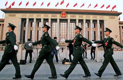 中国は建国70年、天安門事件から30年の節目を迎える(北京の人民大会堂前で警戒する警備関係者)=小高顕撮影