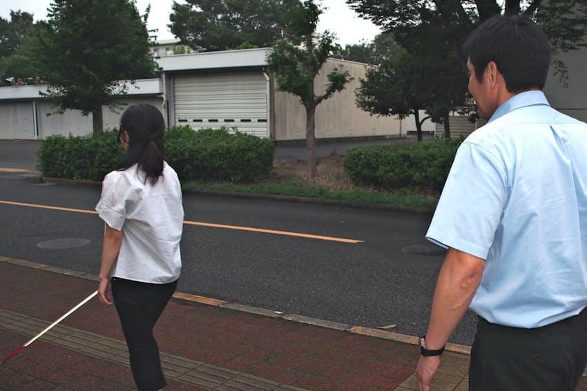 白杖の使い方は屋外訓練で習得する(埼玉県所沢市の国立障害者リハビリテーションセンターで練習中の歩行訓練士)