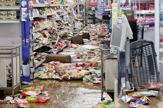 九州北部を襲った大雨で浸水し、商品が散乱したスーパーマーケット(8月29日、佐賀県武雄市)