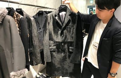 黒のベビーカーフにエンボス加工を施したコート