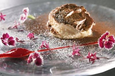 エディブルフラワーも美しいデザート「ティラミス」