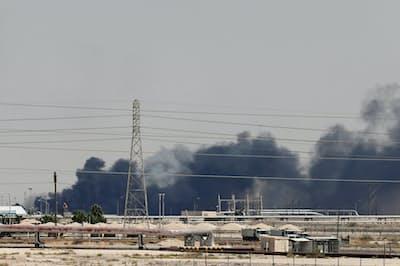 2019年9月14日、攻撃を受けて煙を上げるサウジアラビア東部アブカイクの石油施設=ロイター