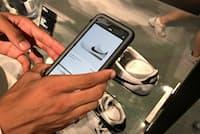 ナイキ原宿では気になった商品の詳細や他サイズの在庫状況などをアプリで確認できる(東京都渋谷区)