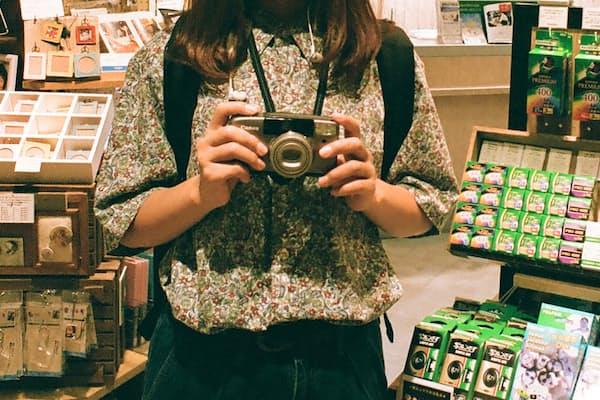若い世代、とくに若い女性の間でフィルムカメラが人気だ。コイデカメラアトレ吉祥寺では1日30本を超えるフィルムが持ち込まれるという