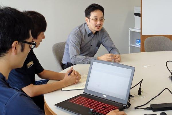 治療にAIの活用を目指す川上センター長(奥)ら(千葉大学で)