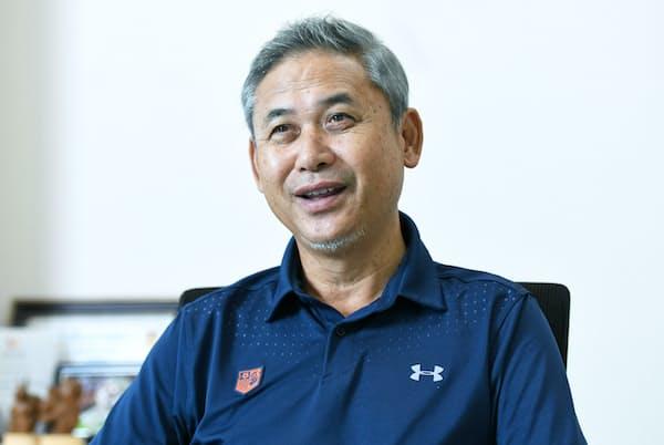 1958年山形県生まれ。帝京高、明治大、NTT関東のサッカー部で活躍。2007年サッカー日本女子代表監督、11年ワールドカップ初優勝に導く。現在は大宮アルディージャのトータルアドバイザー。