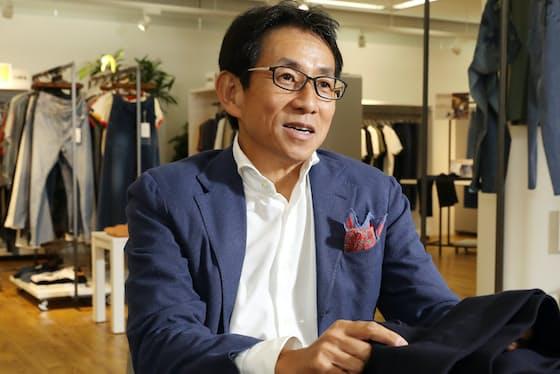 「デニム解禁といわれたとたんに思考停止に陥ってしまう男性は多いんです。どんなスタイルがいいのか教えてほしいと、講習会の依頼が増えています」と話すエドウイン社長、林史郎さん(東京都品川区のエドウイン本社)