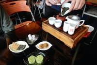 九份で人気の「阿妹茶樓」。お茶のいれ方を教えてもらったら、自分で何煎もお代わり