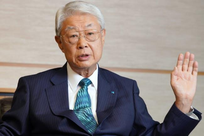 「ネクタイは年間で同じモノを締めないように約150~160本持っています」と話す西浦三郎氏(東京都中央区のヒューリック本社で)