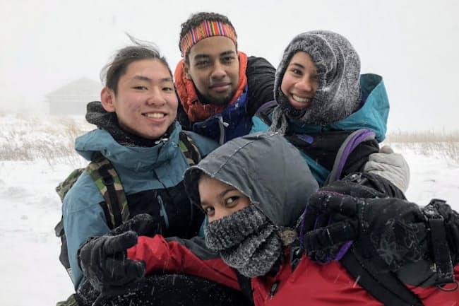 厳しい寒さと雪の中で行われたユナイテッド・ワールド・カレッジISAKジャパンのアウトドアプログラム=同校提供