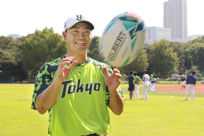 青木さんは楕円球を手にして、左右にスクリューパスを放ることができる。「小さいころ教わりましたから」(2019年9月、東京都新宿区)
