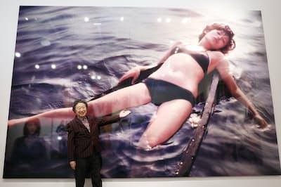 展示会場には山口百恵の水着姿など、巨大な写真が何枚も並ぶ