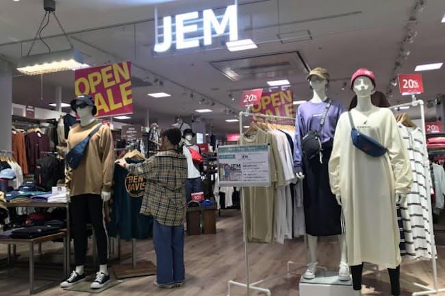 店の手前には若者に人気のカジュアル衣料を並べる