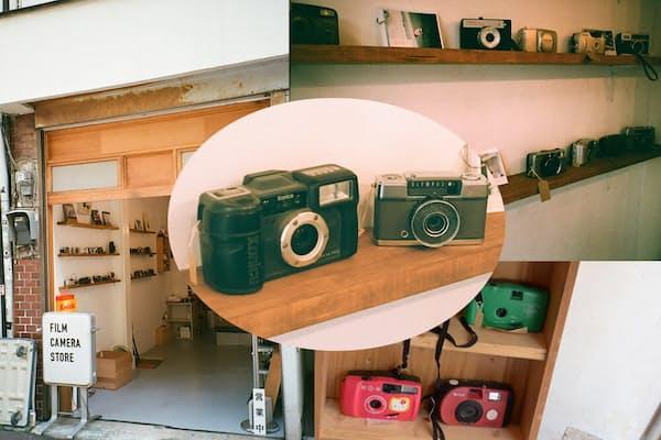 高円寺のVOIDLENSにはコンパクトフィルムカメラを求め多くの若者がやってくる。写真中央はVOIDLENSで人気だというカメラ2台
