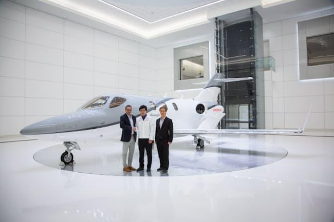 ホンダエアクラフトカンパニーの本社にあるショールーム。ゲイリー・ピサノ教授(左)と藤野道格社長。(c)Honda Aircraft Company