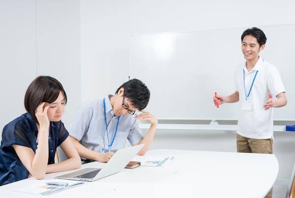新しい職場に合わせない態度は、周囲をうんざりさせがちだ。写真はイメージ=PIXTA