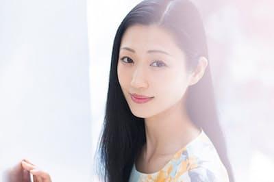 和菓子工場、葬儀場、受付、ホステスなどいろいろな職場や仕事を経て、29歳でたどり着いたのが芸能界。「壇蜜」の「壇」は仏壇を、「蜜」はお供え物を意味しているとか