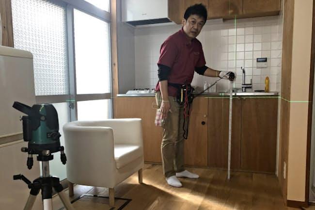 住宅診断では床の傾きをレーザーを当てて調べる(東京都杉並区)